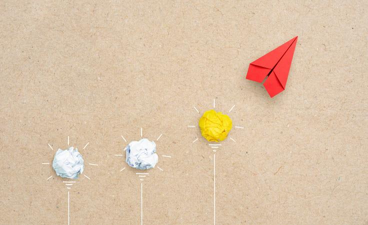 Rotes Papierflugzeug hebt ab