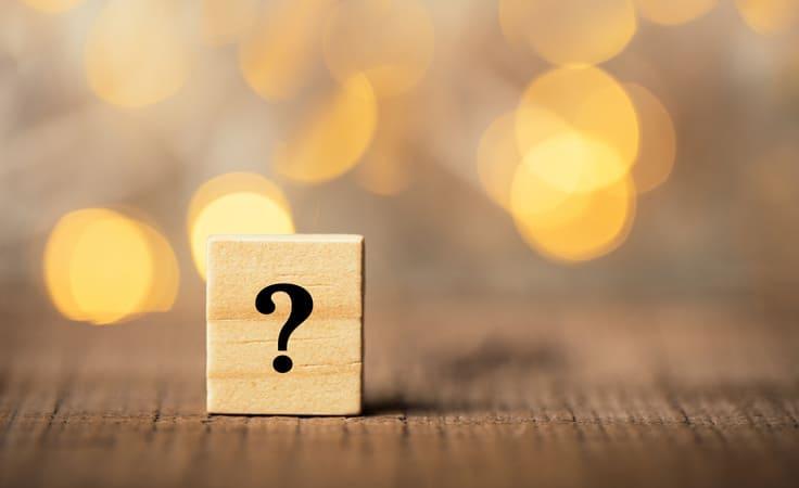 Holzwuerfel mit Fragezeichen